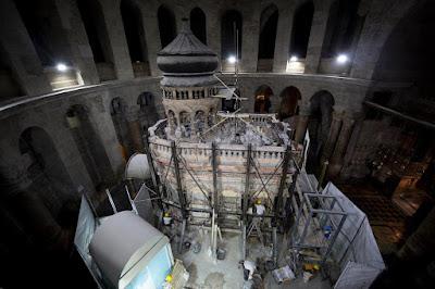 гробниця оточена Кувуклією