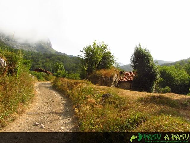 Subiendo por el camino viejo al refugio de Vegabaño