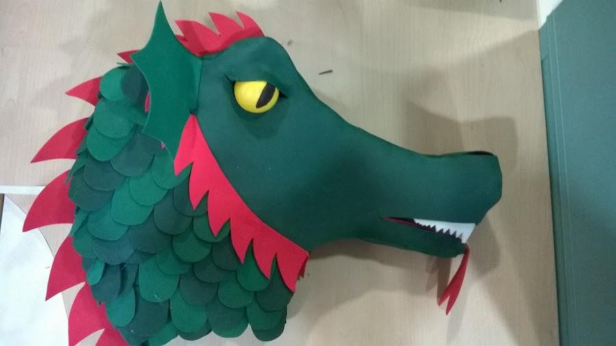 cabeza de dragón hecha con gomaespuma o gomaeva