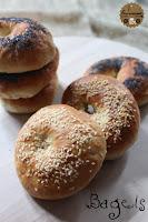 http://goulucieusement.blogspot.fr/2014/07/bagels-mes-petits-pains-troues-preferes.html
