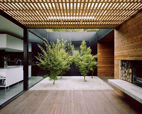 Taman minimalis di tengah bangunan