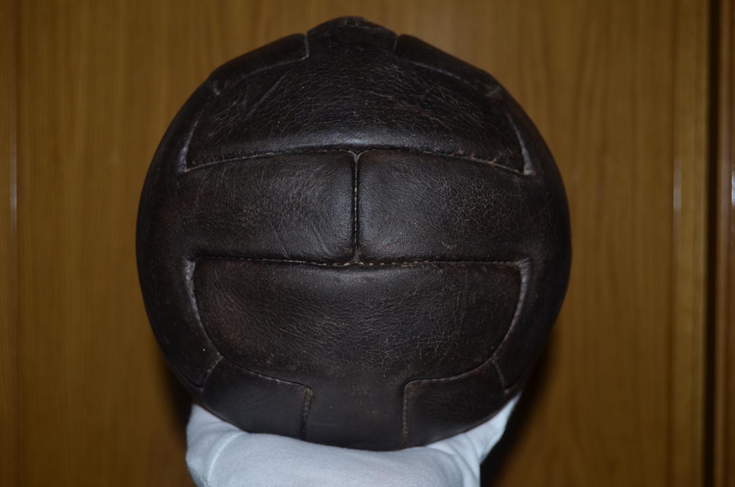 Lo mostramos porque es difícil ver estos modelos bien conservados. Por  cierto este modelo de balón está disponible en la tienda de Soccer Balls  Collection. fff541dc3d65d