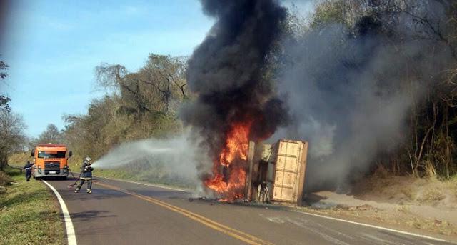 Motorista perde o controle e tomba na pista. Caminhão pega fogo!