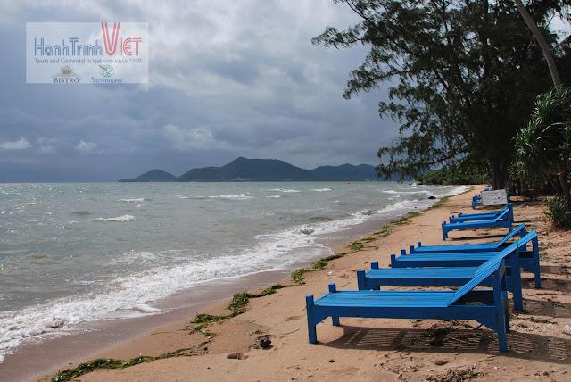 Hàng ghế thư giãn và tắm nắng tại đảo