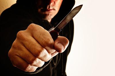 Άγνωστοι ακινητοποίησαν και με την απειλή μαχαιριού 79χρονη με σκοπό τη ληστεία