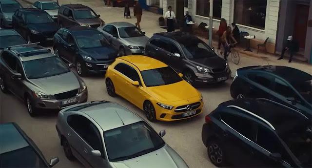 Imagen de un Mercedes amarillo en mitad de un atasco