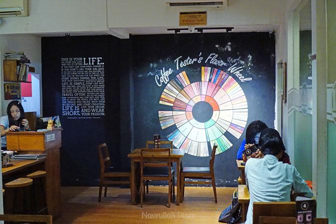 Pengunjung asyik bersantai di Blackbone Coffee Jogja