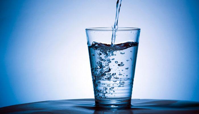 Kenapa Minum Air Harus Duduk