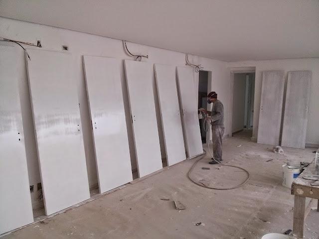 pintor pintando portas