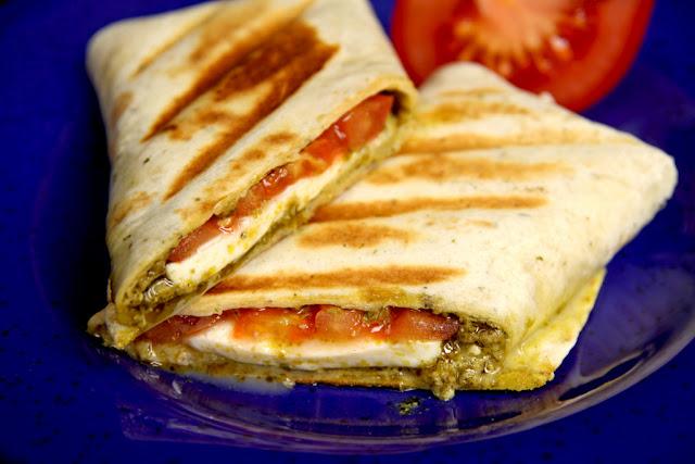 Zapiekane tortille z mozzarella, pomidorem i zielonym pesto