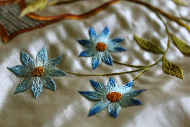 flores azules bordadas