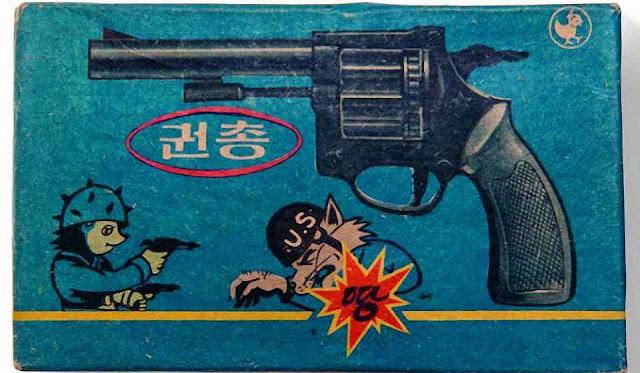 Caixa de brinquedo com mensagem antiamericana.