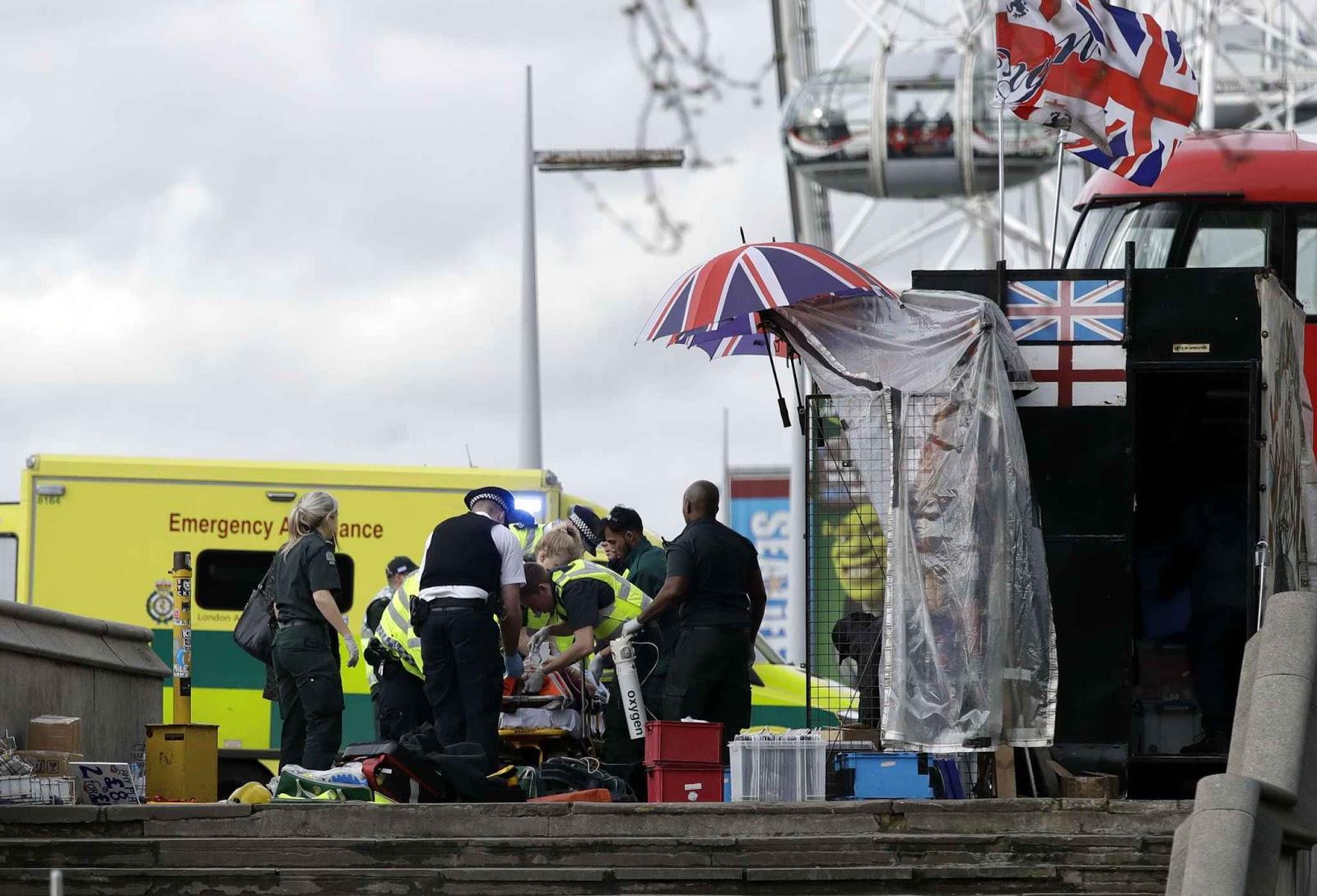 Les secours sur le pont de Westminster, pour aider les blessés lors de l'attaque du 22 mars 2017. - Matt Dunham/AP/SIPA