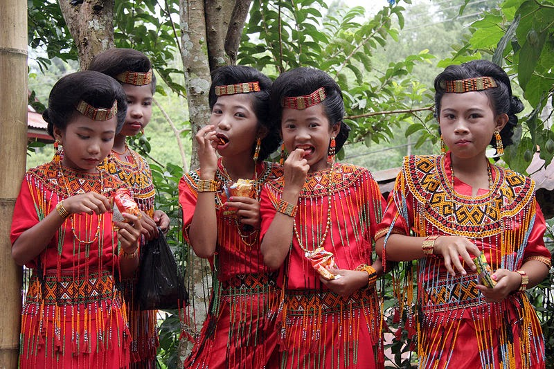 10 Places You Shouldn't Miss in Indonesia | young girls Toraja in Sulawesy at the entry of wedding Indonesia