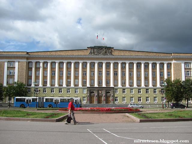Новгород - центральная площадь и здание администрации