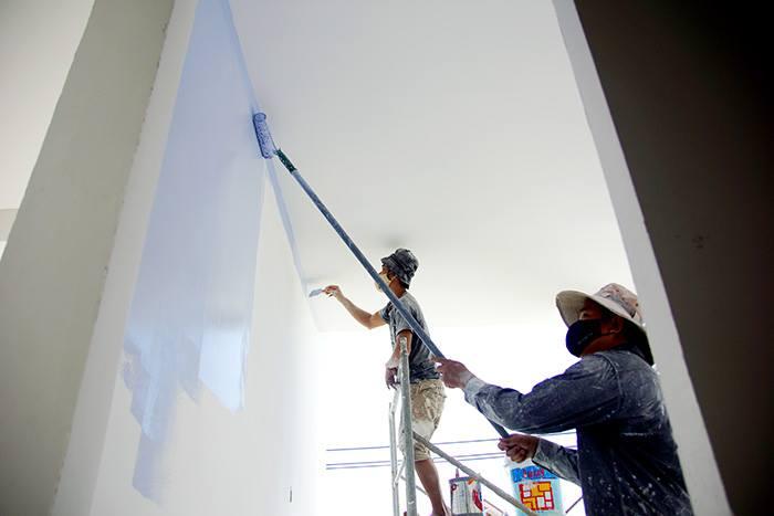 Thợ đang sơn tường nhà mới