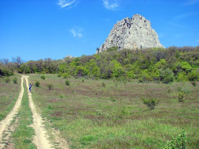 Дорога от скалы Биюк-Исар в сторону побережья