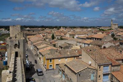 Старинный город на юге Франции с полностью сохранившейся крепостной стеной