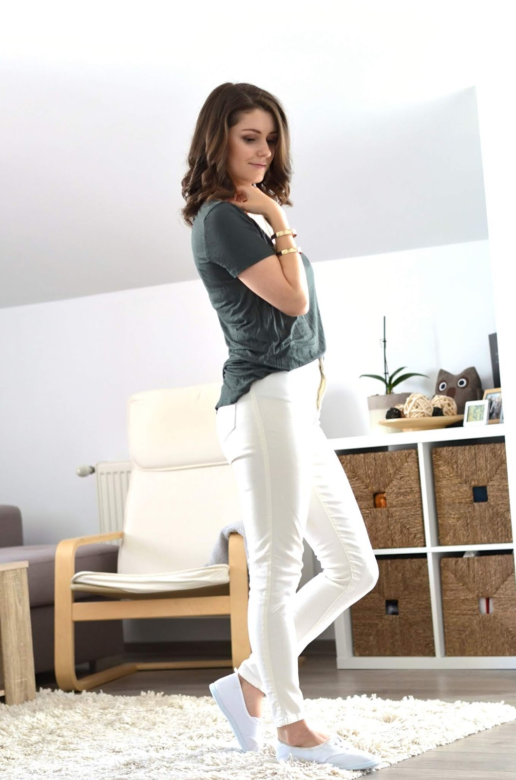 white jeans and army green t-shirt for summer style