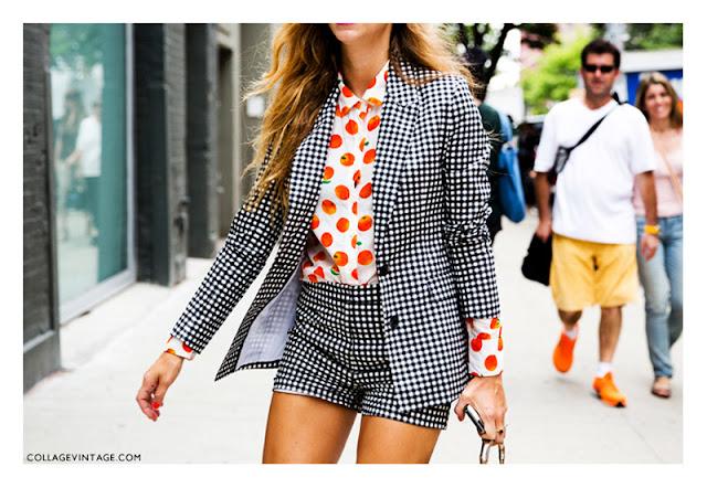 Сочетание костюма в клетку с блузкой с фруктовым принтом