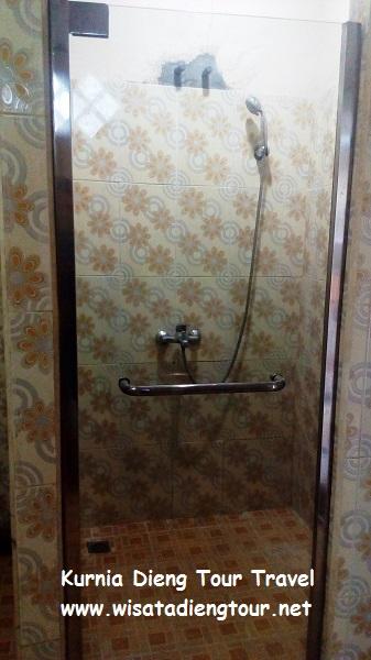 kamar mandi shower di hotel dqiano dieng