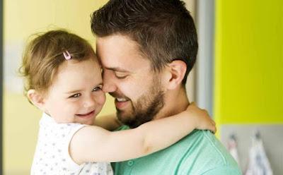 6 علامات تدل على أنّ زوجك سيكون أبًا مثاليًا اب رجل يحمل طفلة جميلةperfect husband  father daughter carry beautiful