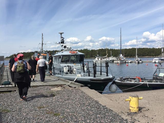 Ihmisiä ja veneitä satamassa