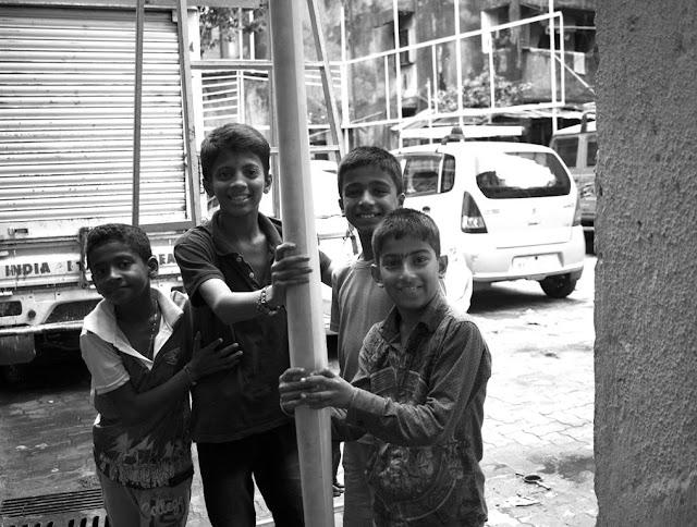 monochrome monday, black and white weekend, children, happy, posing, lalbaug, mumbai, india