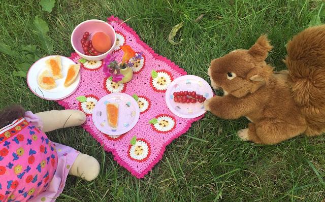 Eine Häkelanleitung für eine Granny-Square-Puppen Picknickdecke ...
