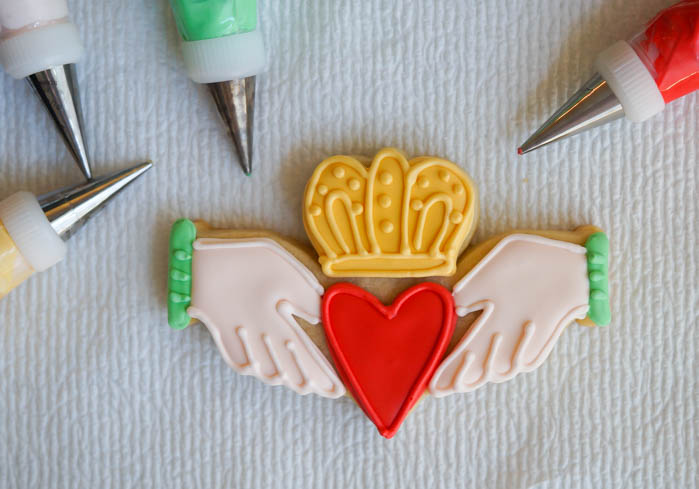 how to decorate Irish claddagh cookies ...