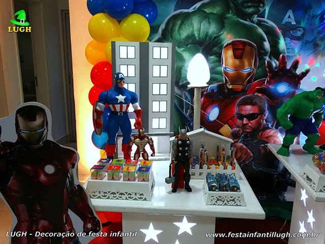 Ornamentação provençal da mesa do bolo para festa infantil com o tema Os Vingadores