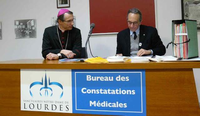 Mons Brouwet, bispo de Lourdes, e o Dr Alessandro de Franciscis, chefe do Bureau Médico de Lourdes, apresentam o 70º milagre