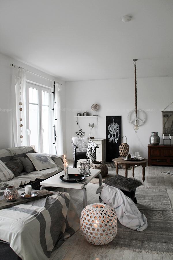 gemütliches Wohnzimmer mit Fellkissen und Plaids grau weiß Holz, DIY Tasse mit Porzellanfarbe bemalen, Bohostyle Indianerschmuck Federschmuck