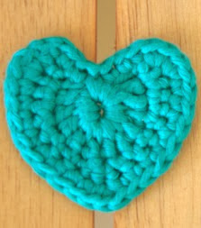 http://culturacotonmignon.com/2013/12/10/corazones-de-navidad-en-crochet/