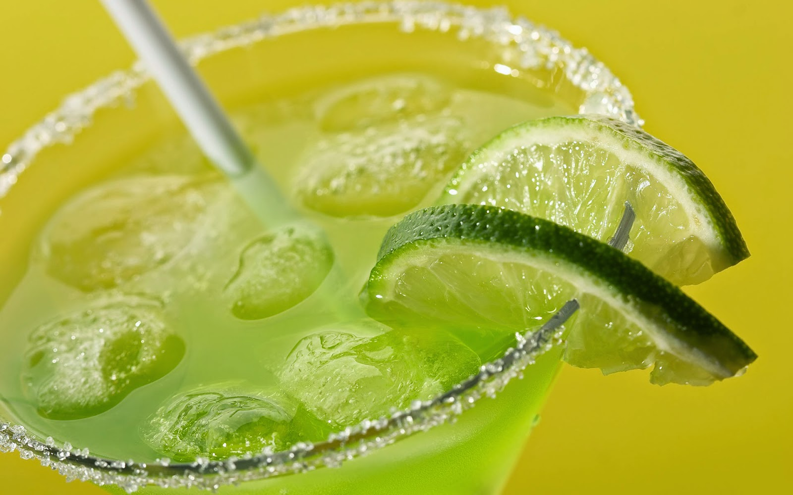 Cocktail met limoen en een rietje