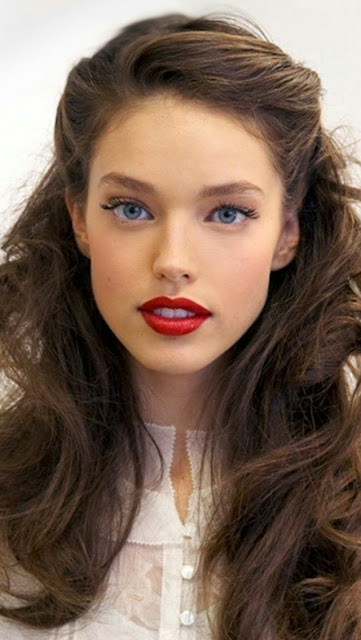 http://s-fashion-avenue.blogspot.it/2015/01/furs-and-red-lips.html