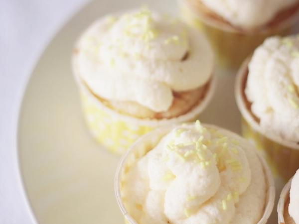 cupcake decores dans pots à pois jaunes