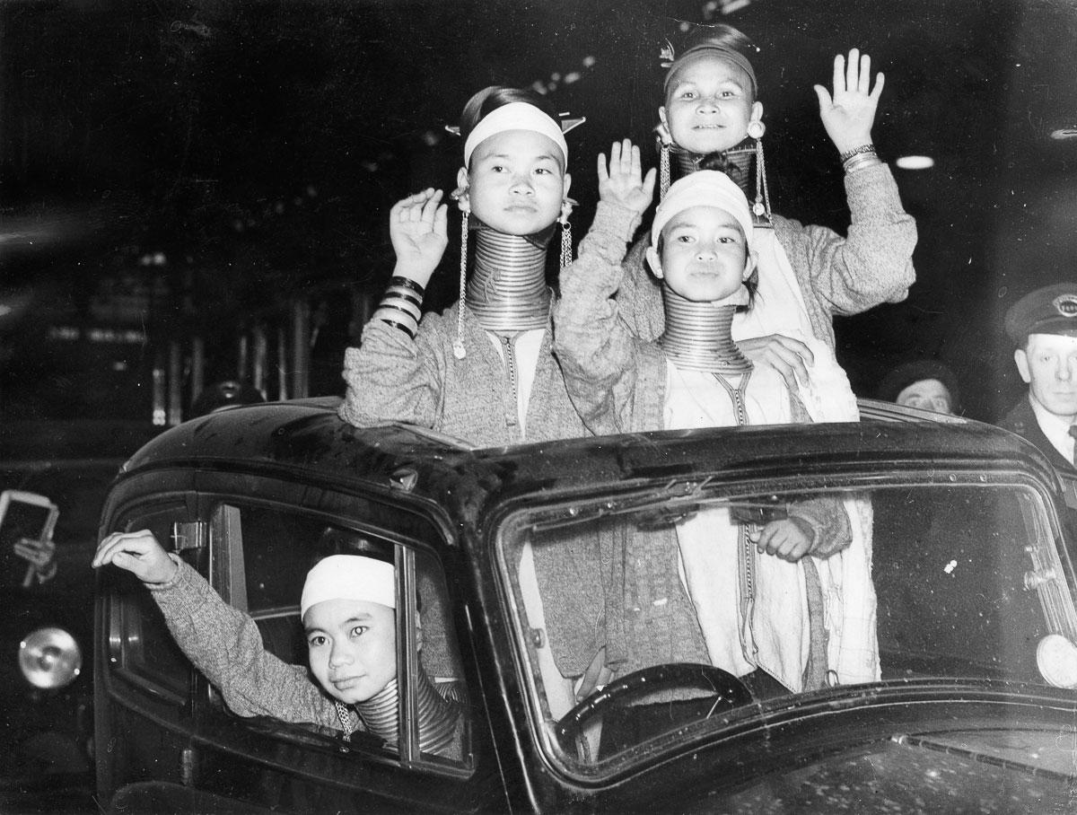 Saludando a los londinenses a su llegada a la estación Victoria.