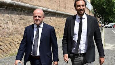 Los periodistas Gianluigi Nuzzi (izda.) y Emiliano Fittipaldi llegan al Vaticano para asistir a una audiencia del juicio por la filtración de documentos, 4 de julio de 2016.