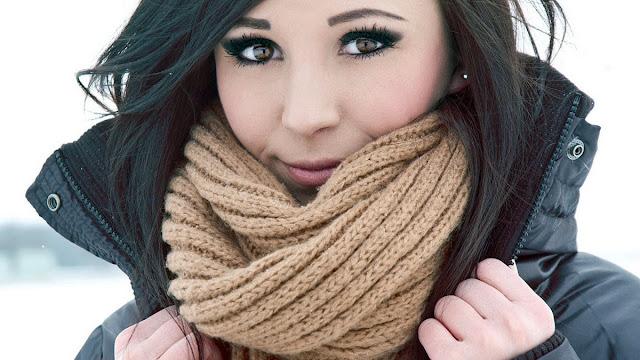 Gunakan scarf atau topi