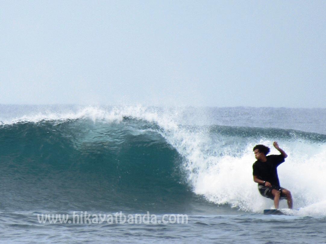 Surfing di pantai kuala cut aceh besar