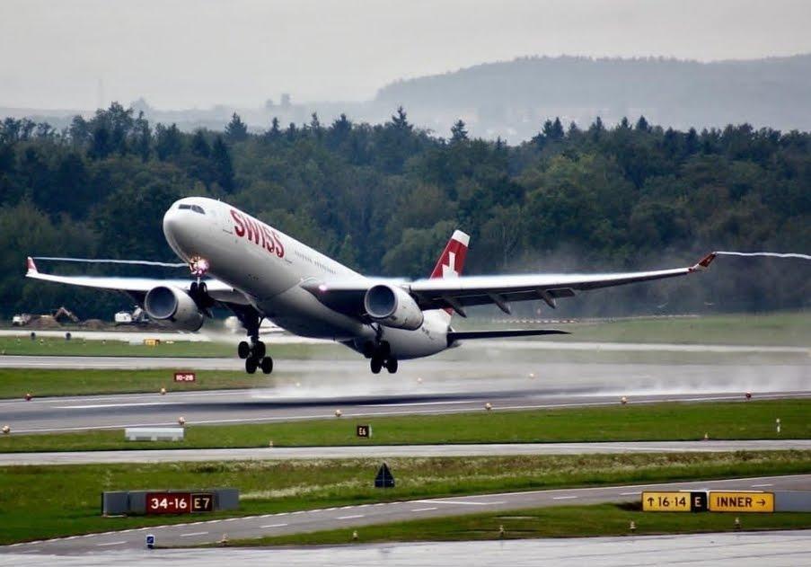 Sicurezza Voli Aerei: si aziona lo scivolo d'emergenza all'aeroporto di Mumbai (India)