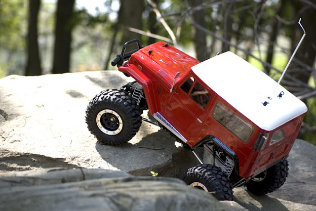 Tamiya Toyota Land Cruiser CR-01 rock crawling