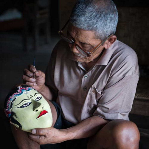 Tinuku Travel Bobung village, watching the residents carve wooden batik masks in scene or learn woodcraft