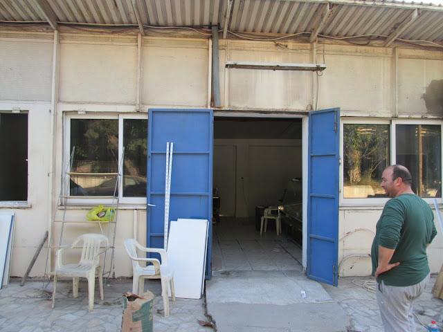 69b25619cec Αφαιώτες ετοιμάζουν κατάστημα - παντοπωλείο ακριβώς έξω από την πύλη του  Κέντρου Φιλοξενίας.