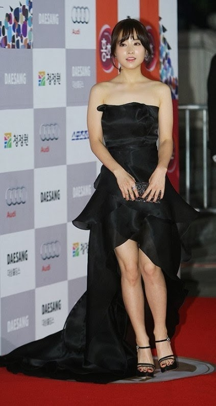 Park Bo Young  (박보영) at Red Carpet of 34th Blue Dragon Film Awards (청룡상) - (3)