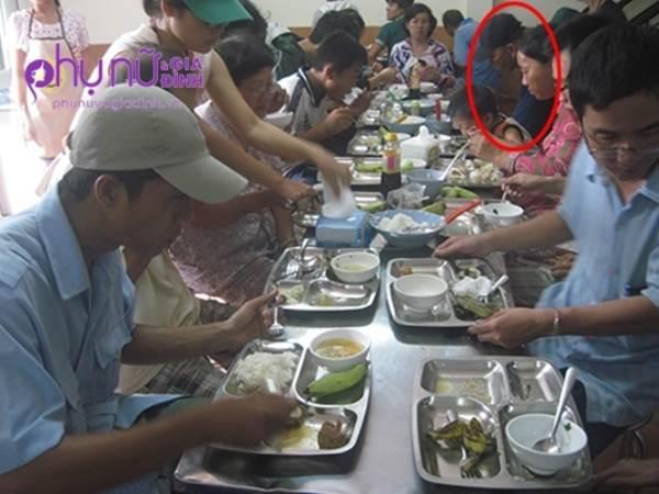 Đại gia giàu có bị chửi rủa vì ngày nào cũng ăn cơm từ thiện và sự thật đau lòng đằng sau đó