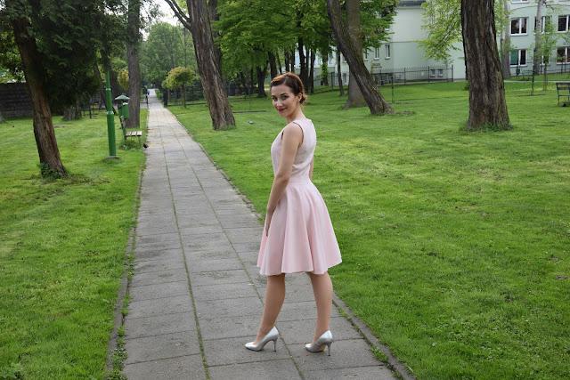 sukienka rozkloszowana na wesle