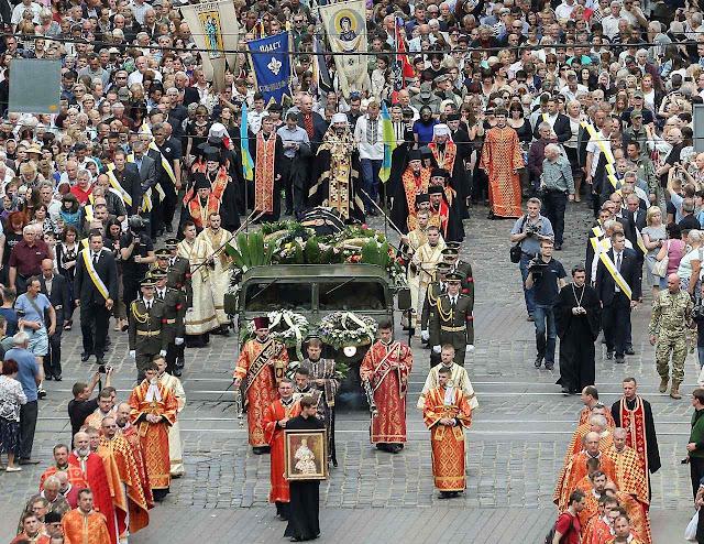 Dezenas de milhares de católicos ucranianos em Kiev na despedida do Cardeal Lubomyr Husar, chefe do rito greco-católico.