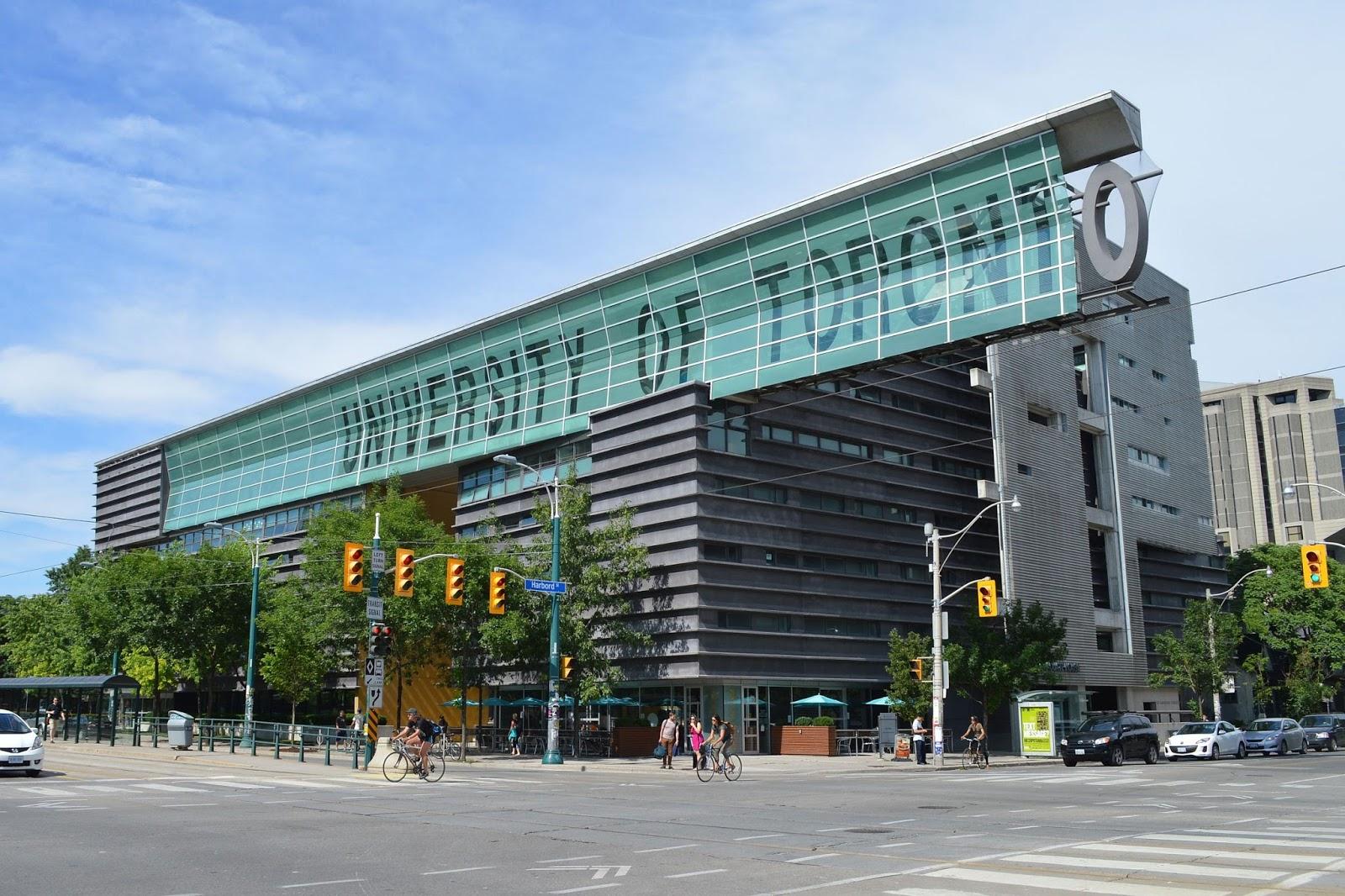 وفي الختام نترككم مع بعض الصور الجميلة لجامعة تورنتو :